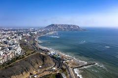Vogelperspektive von Lima Shoreline und von Ozean, Drohne geschossen Stadtbild vom aus Lima stockfoto