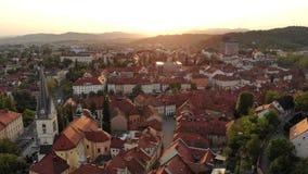 Vogelperspektive von Ljubljana, Hauptstadt von Slowenien im Sonnenuntergang stock footage