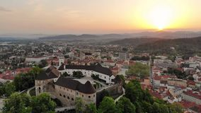 Vogelperspektive von Ljubljana, Hauptstadt von Slowenien im Sonnenuntergang stock video footage