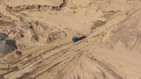 Vogelperspektive von LKW im Sandsteinbruch Stockbilder