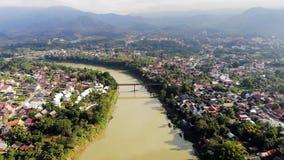 Vogelperspektive von Luang Prabang und von umgebenden ?ppigen Bergen von Laos Nam Kahn River, ein Steuerbares des Mekongs stock footage