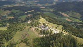Vogelperspektive von Magdalensberg, Kärnten, Österreich Berge als Hintergrund stock video