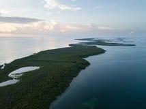 Vogelperspektive von Mangroven-Inseln und Sonnenuntergang in Karibischen Meeren Lizenzfreies Stockbild