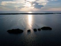 Vogelperspektive von Mangroven-Inseln und Sonnenuntergang in Karibischen Meeren Lizenzfreie Stockfotos