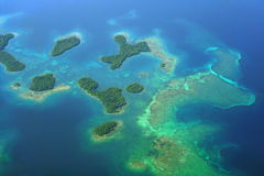 Vogelperspektive von Mangroveninseln mit Korallenriffen Lizenzfreies Stockbild