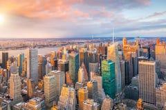 Vogelperspektive von Manhattan-Skylinen bei Sonnenuntergang, New York City stockfotos