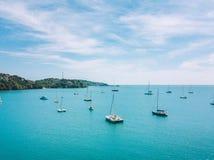 Vogelperspektive von Meer mit vielen kleinen Booten stockfoto
