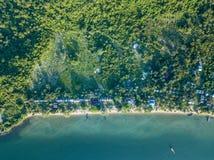 Vogelperspektive von Meereswellen und von fantastischer Küste stockbilder