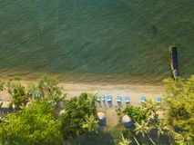 Vogelperspektive von Meereswellen und von fantastischer Küste stockfoto