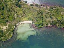 Vogelperspektive von Meereswellen und von fantastischer Küste stockfotos