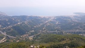 Vogelperspektive von Menton und von Ventimiglia von Sainte-Agnes stock video footage