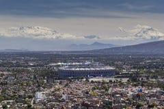 Vogelperspektive von Mexiko- Cityfußballstadionsazteca und -vulkanen Lizenzfreie Stockfotografie