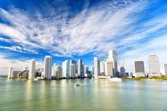 Vogelperspektive von Miami-Wolkenkratzern mit blauem bewölktem Himmel, Bootssegel Lizenzfreie Stockbilder
