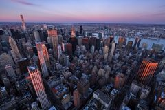 Vogelperspektive von Midtown Manhattan Wolkenkratzern bei Sonnenuntergang, New York City Lizenzfreie Stockfotos