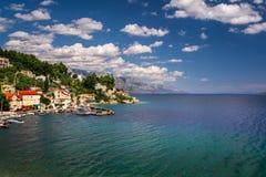 Vogelperspektive von Mimice-Dorf-und adriatisches Seekosten, Omis Stockbild