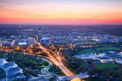 Vogelperspektive von modernen europäischen Stadtstadtränden in der blauen Stunde stockbilder