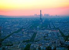 Vogelperspektive, von Montparnasse-Turm am Sonnenuntergang, an der Ansicht des Eiffelturms und am La-Verteidigungsbezirk in Paris Stockbild