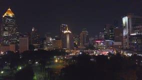 Vogelperspektive von Nacht Bangkoks in der Dämmerung Landstraßen-Verkehr, Stadt scape Hintergrund Vogelperspektivestraßenkarussel stock footage