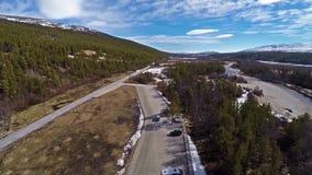 Vogelperspektive von Norwegen-Landschaft mit Wald zum links und zur weiten Ansicht in Front stock video