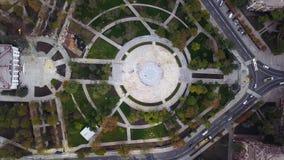 Vogelperspektive von oben der Baustelle im Park oder im Stadtplatz Arbeitskräfte, die Pflastersteine nahe Brunnen in legen stock video footage