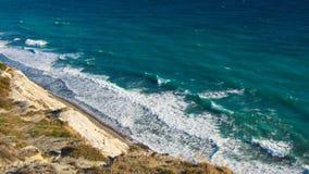 Vogelperspektive von oben von Meer, von Felsen und von Wasserwellen in Schwarzem Meer lizenzfreies stockbild