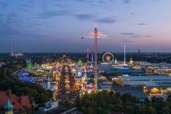 Vogelperspektive von Oktoberfest während des Sonnenuntergangs, München, Deutschland Stockbild