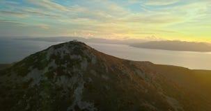 Vogelperspektive von Oros-Berg auf Aegina-Insel, Griechenland bei schönem Sonnenuntergang mit drastischem Himmel stock video footage