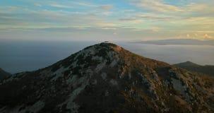 Vogelperspektive von Oros-Berg auf Aegina-Insel, Griechenland bei schönem Sonnenuntergang mit drastischem Himmel stock video