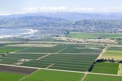 Vogelperspektive von Oxnard-Bauernhoffeldern im Frühjahr mit Ventura City und Pazifischem Ozean im Hintergrund, Ventura County, C Lizenzfreie Stockbilder