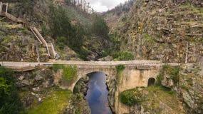 Vogelperspektive von Paiva-Natur-Gehwegen auf Paiva-Fluss, Portugal stockfotografie