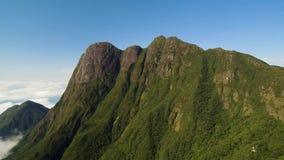 Vogelperspektive von Paraná-Spitze - höchster Berg in Süd-Brasilien stock video footage