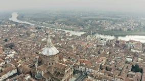 Vogelperspektive von Pavia-Stadtbild Kathedrale und Ponte Coperto mit einbeziehend oder von Coperto-Brücke über Tessin-Fluss lomb lizenzfreie stockbilder
