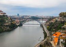 Vogelperspektive von Porto, von Portugal und von metallischer Dom Luis-Brücke über Duero-Fluss November 2010 lizenzfreies stockbild