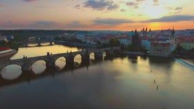 Vogelperspektive von Prag-Stadt und von Fluss Vitava am Morgen stock video