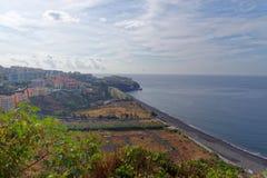 Vogelperspektive von Praia-Formosa-Strand und von Funchal-Stadt auf portugiesischer Insel von Madeira lizenzfreies stockfoto