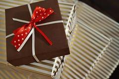 Vogelperspektive von Rändern von Geschenkpaketen im weißen und goldenen gezeichneten Packpapier Stockfoto