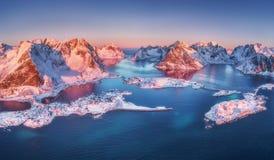 Vogelperspektive von Reine und von Hamnoy bei Sonnenaufgang im Winter Lizenzfreies Stockfoto