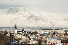 Vogelperspektive von Reykjavik von Perlan, Schnee bedeckte Berge im Winter, Island mit einer Kappe Stockfotografie