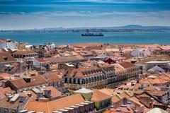 Vogelperspektive von roten Dächern von Alfama und von Fluss der Tajo, Lissabon, Lizenzfreies Stockbild