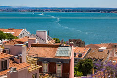 Vogelperspektive von roten Dächern von Alfama und von Fluss der Tajo, Lissabon, Stockbild