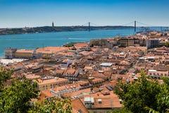 Vogelperspektive von roten Dächern von Alfama und von Fluss der Tajo, Lissabon, Stockfoto