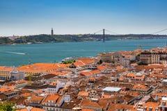 Vogelperspektive von roten Dächern von Alfama und von Fluss der Tajo, Lissabon, Lizenzfreies Stockfoto