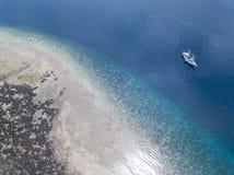 Vogelperspektive von ruhigen Seen und von Coral Reef in Banda Sea Stockfoto