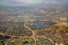 Vogelperspektive von San Dimas und von Puddingstone-Reservoir, Ansicht von w Stockbild