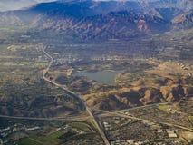 Vogelperspektive von San Dimas und von Puddingstone-Reservoir, Ansicht von w Stockfotografie