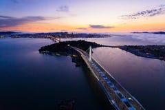 Vogelperspektive von San Francisco Oakland Bay Bridge bei Sonnenuntergang stockfoto