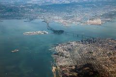 Vogelperspektive von San Francisco-Stadtzentrum und von Bucht-Brücke Lizenzfreie Stockfotos