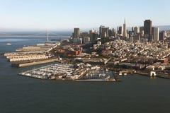 Vogelperspektive von San Francisco-Stadtzentrum und von Bucht-Brücke Stockfotografie