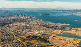 Vogelperspektive von San Francisco-weitem Bereich mit Bucht und Brücken Lizenzfreie Stockfotografie