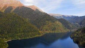 Vogelperspektive von schönem See Ritsa stock footage